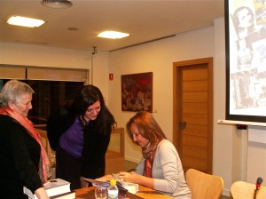 María firmando su, mi libro