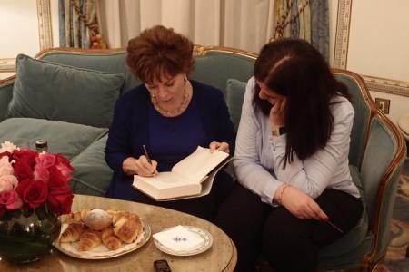 Isabel Allende firmándome un ejemplar