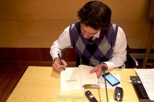 Jorge Iglesias Manzano firmándome un ejemplar