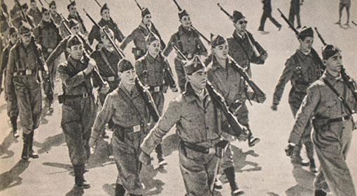 Soldados republicanos del Quinto Regimiento marchando en Madrid.