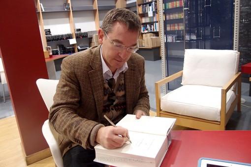 Santiago Posteguillo firmando un ejemplar