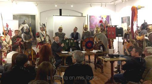 Massimiliano Colombo rodeado por un equipo de recreación de soldados romanos.