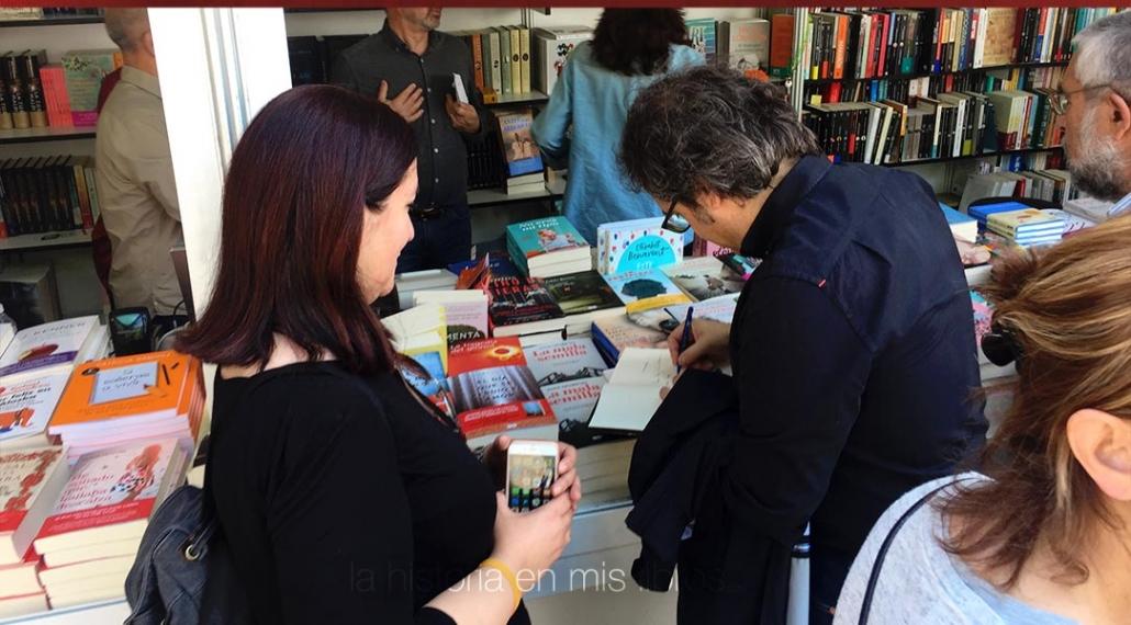 Juan Francisco Ferrándiz firmándome su libro «La tierra maldita».