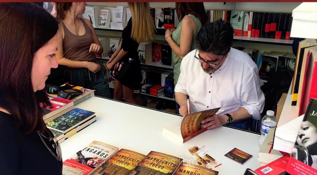 Luis García Jambrina firmando mi ejemplar.