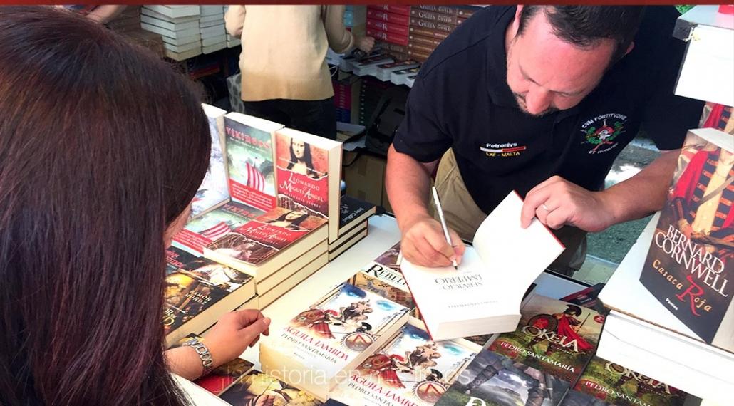 Pedro Santamaria firmando mi ejemplar de «Al servicio del imperio»