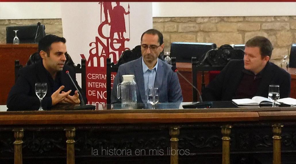 David Yagüe moderando el coloquio sobre novela histórica japonesa entre David B. Gil y Sergio Vega.
