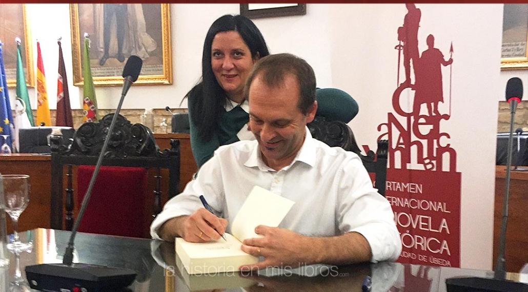 Sebastián firmando mi ejemplar de su novela con la mejor de las sonrisas.