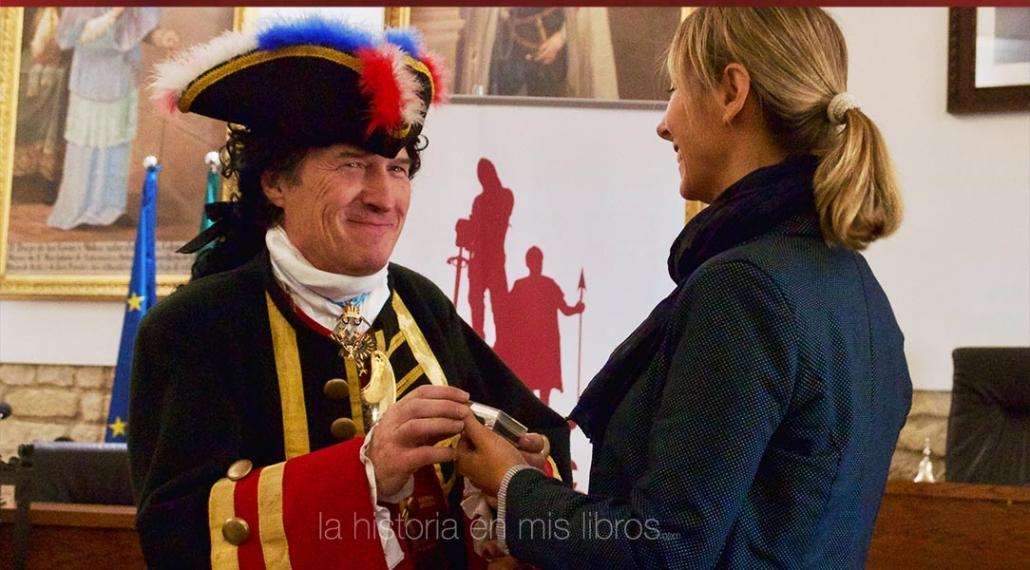 Indumentaria del siglo XVIII para entregar un obsequio a la concejal de cultura de Úbeda.