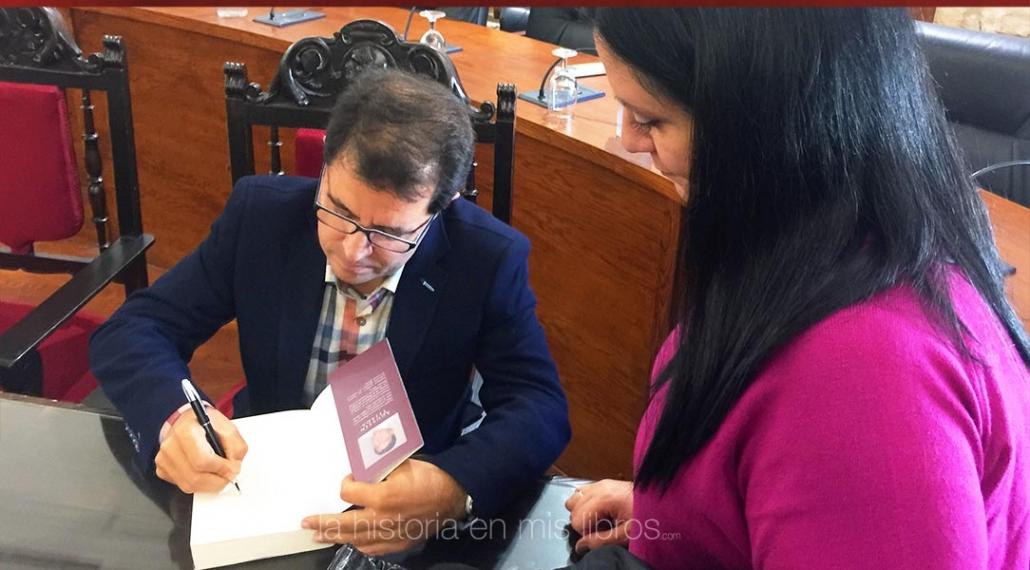 Agustín Tejada me firmó cortesmente su novela «Hispania. El sueño de un rebelde».