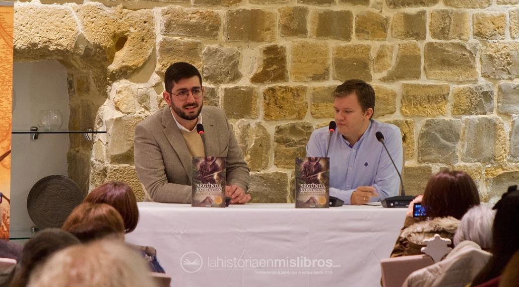 Alan PItronello, ganador del certamen, hablando sobre su novela junto a David Yagüe.