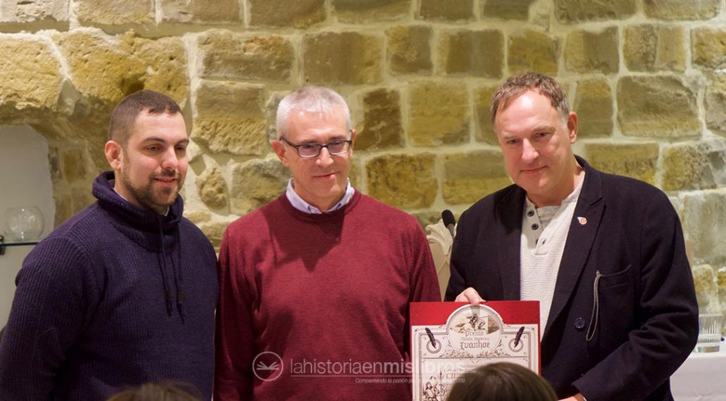 Simon Scarrow recibe el premio Ivanhoe por toda su obra de manos de Pablo L. Antonelli y Emilio Lara